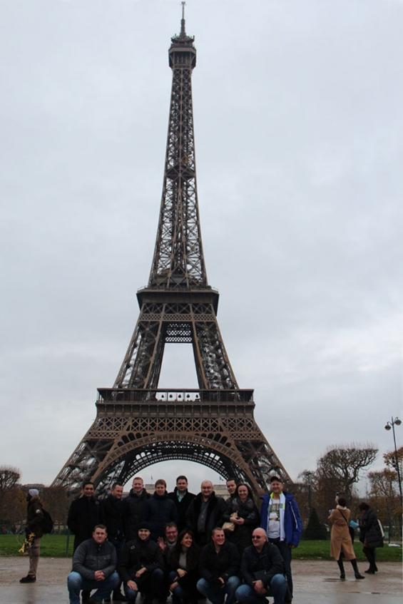 почти вся группа у Эйфелевой башни