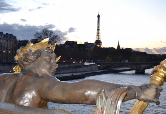 наступающий вечер в Париже