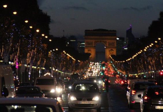 по вечернему Парижу