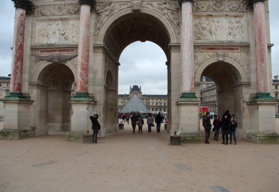 ворота перед Лувром