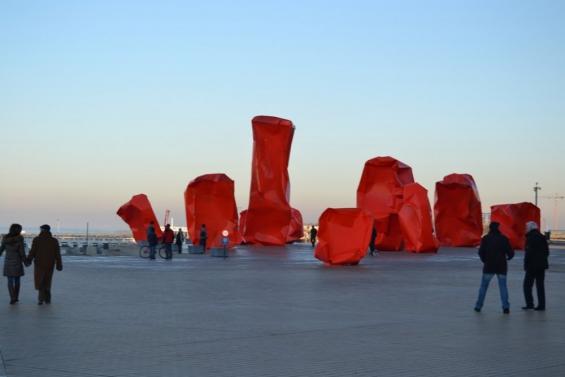 красные конструкции на набережной